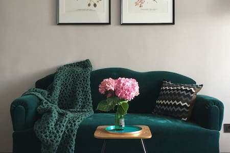 DOOR 4 -- Vintage Inspired Central Apartment