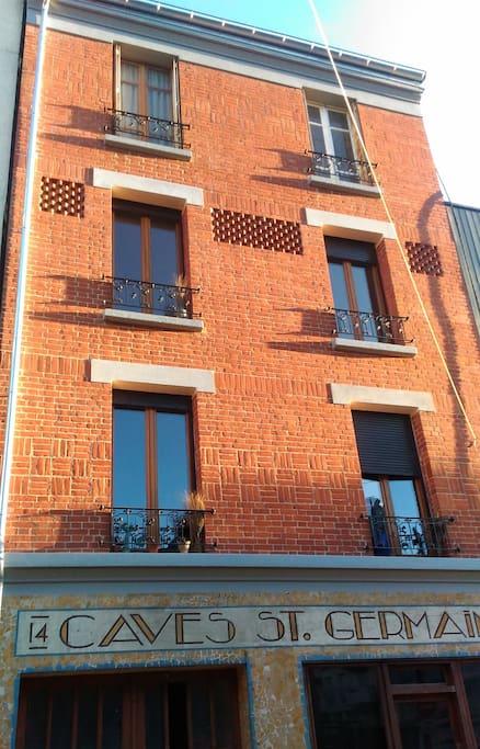 Vous serez logés au 2ème étage de ce petit immeuble en briques rouges des années 1930, avenue du bas-Meudon. Vue dégagée plein Sud et donc plein soleil même l'hiver.