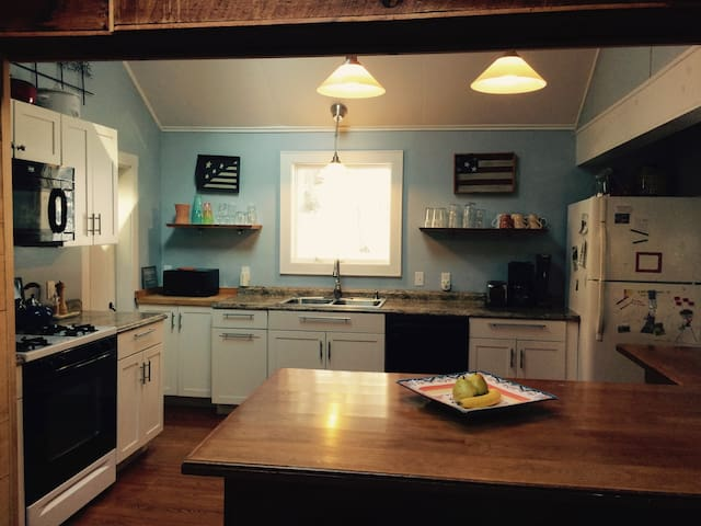 Berkshire Renovated Charm, Dock,Kayaks Canoe Wifi - Monterey - Hus