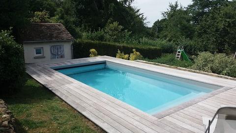 Kleine woning met zwembad, dicht bij Parijs