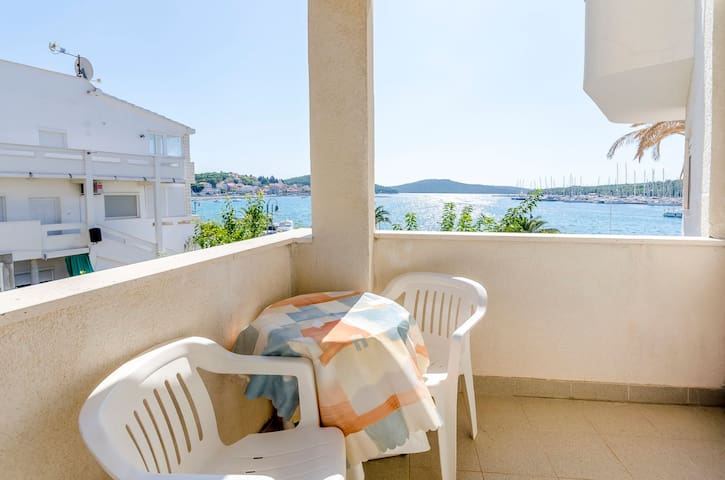 One bedroom Apartment, 100m from city center, beachfront in Rogoznica, Balcony