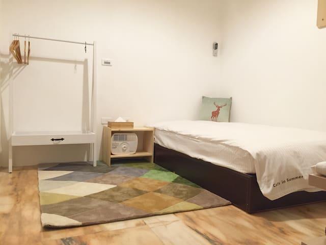Cats in summer single room 溫暖舒適的單人雅房 (衛浴共用)