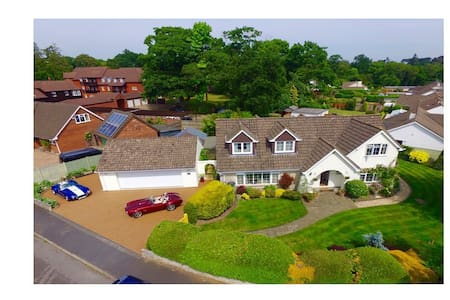 Welcoming, comfy, quiet home, w off-road parking. - Ferndown - House