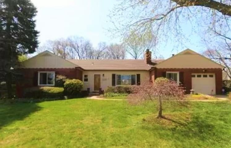Beautiful 3 bdrm home w/pool in Alexandria VA