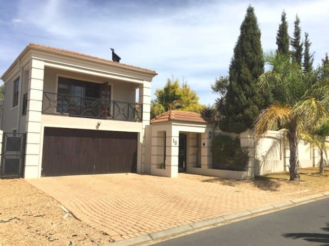 Stylish 7 bed house in CT North for family / group - Cape Town - House