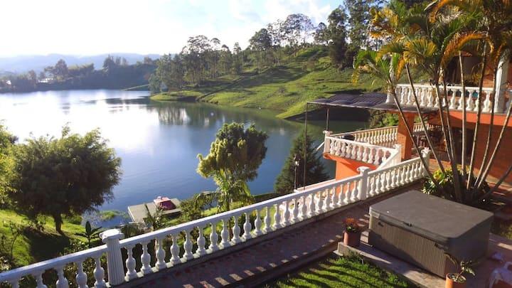 Finca La Romana Lake House in Guatapé /18 people.