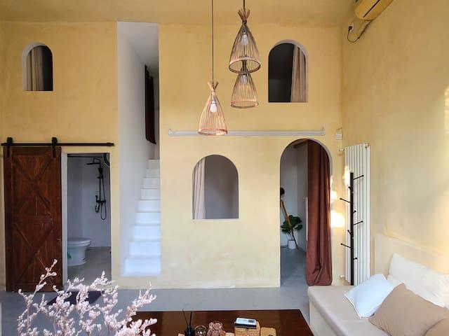 楼上楼下共两个卧室,每间卧室配有1.5*2m的双人床