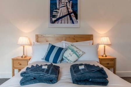 Delightful Central Cowes Stay, With Parking - Cowes - Apartment
