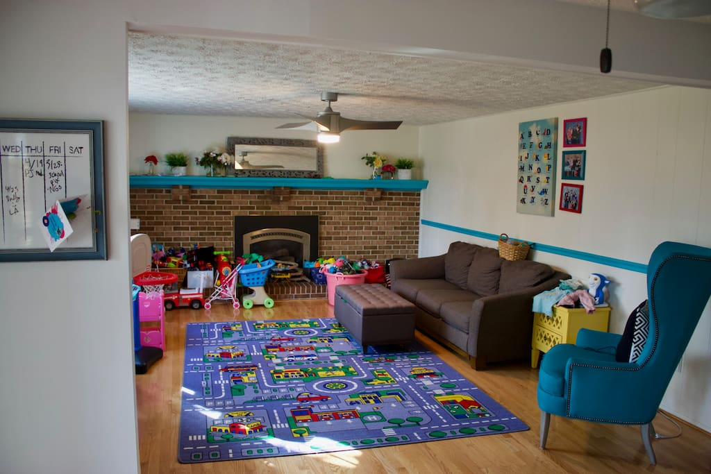 Play room. Lots of toys!!