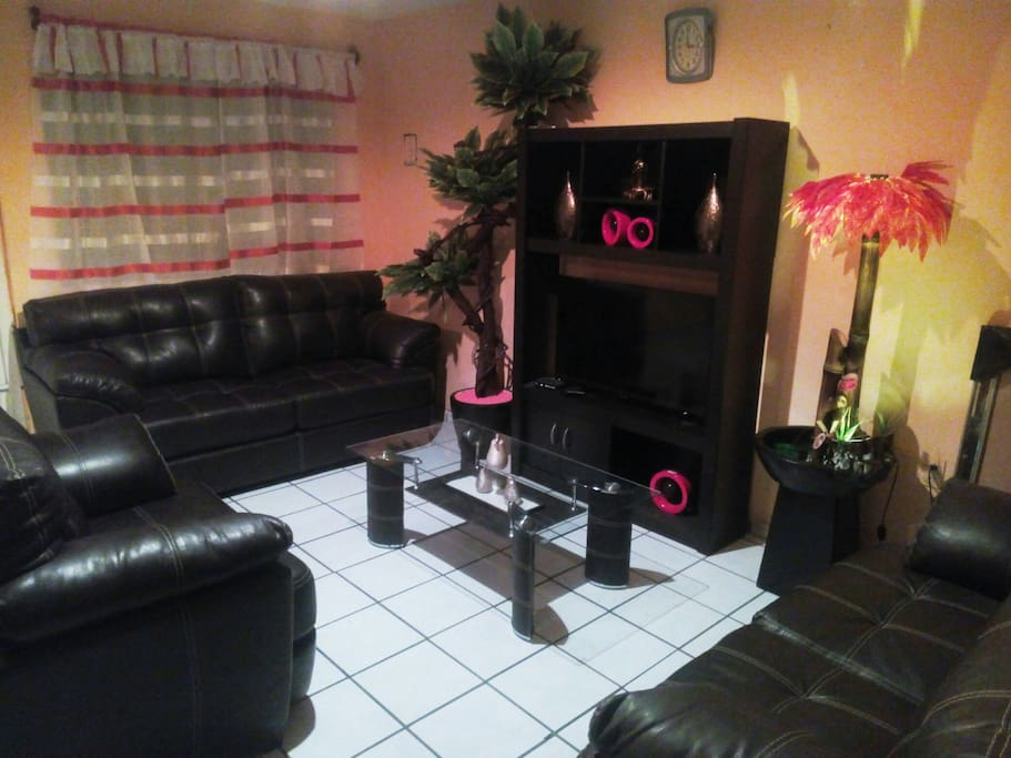 La sala de estar con Tv por cable, además internet en todo el departamento