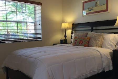 Charming Centric Private Suite Studio 6mi to MIA - West Miami