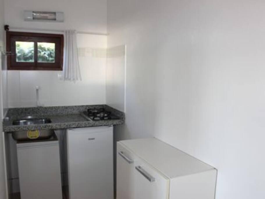 Mini cozinha com frigobar e fogão 2 bocas