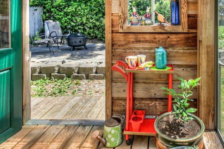 Heceta Beach Cottage w/ Hot Tub, Sunroom, Wifi