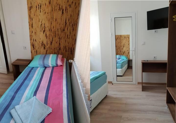Einzelzimmer mit Bad, Toilette, TV und Internet