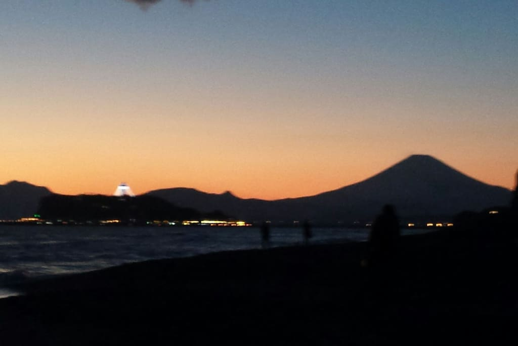 Sunset view of Mt. Fuji & Enoshima from beach 5min walk from the house!