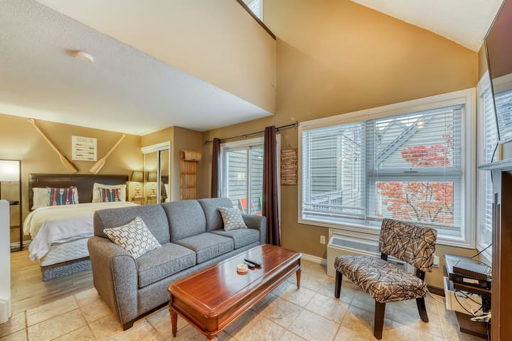 Walk-to-lifts condo w/ shared pool, hot tub & tennis - on shuttle route!