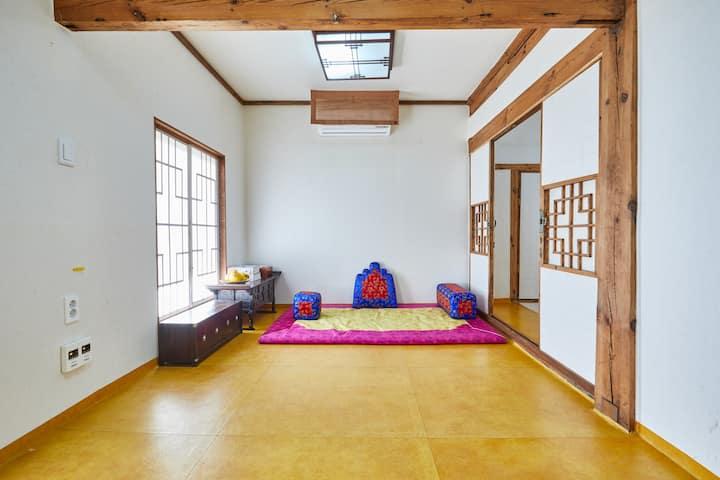 넓은 실내를 가진 한옥을 체험할 수 있는 사랑채 큰방