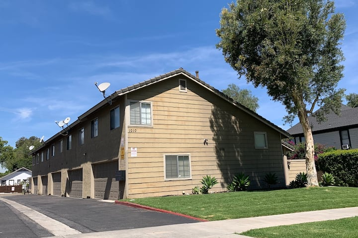 Two Bedroom Townhouse centrally located in Corona