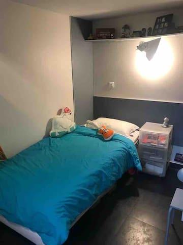 Votre chambre (mais aussi celle de mon Fiston de 7 ans !)(qui ne sera pas là je vous rassure ....)  Your room (which is also the one of my son)
