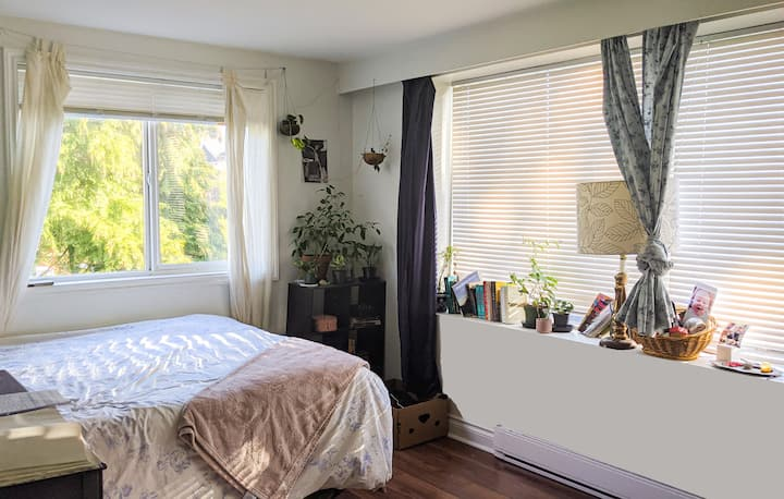 Private Bedroom in Sunny Fernwood Home