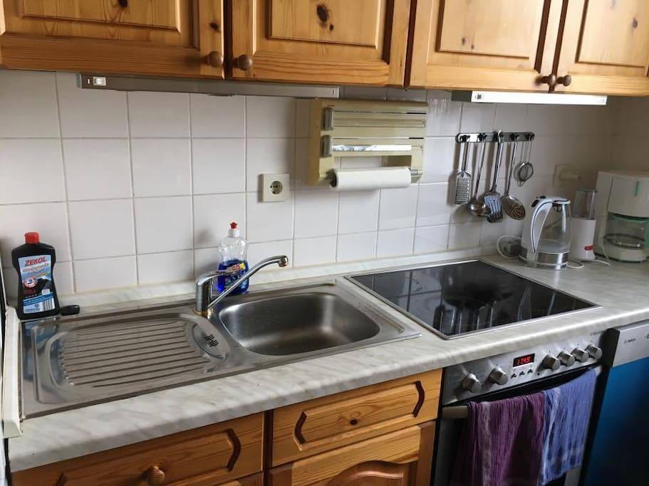 Umeblowana i wyposażona kuchnia z kuchenką, piecykiem i zmywarką