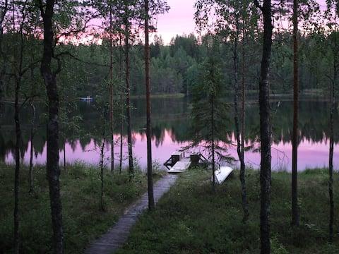 Magisk gjemmested ved en innsjø i et naturreservat