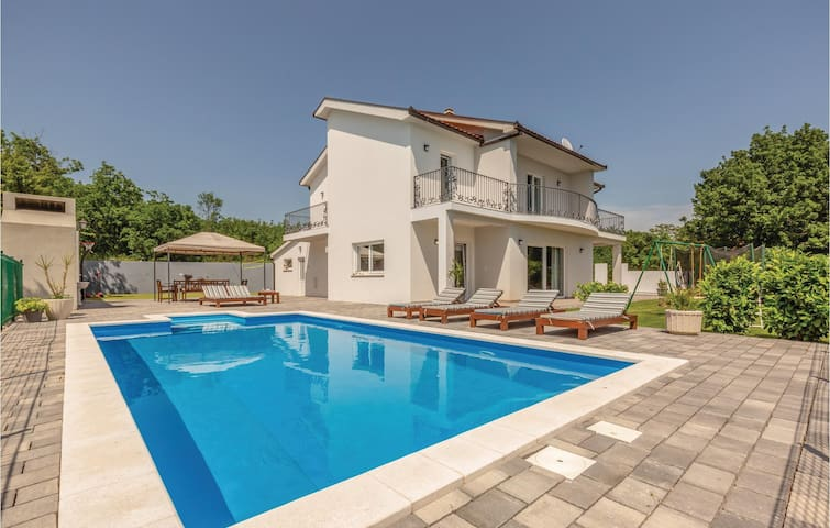 Holiday cottage with 4 bedrooms on 174m² in Imotski