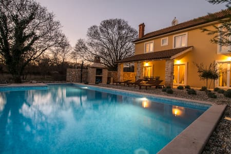 A luxurious villa with pool and barbecue - Vrbnik - Dům