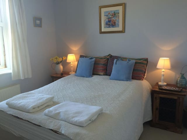 Bright, cosy room in lovely period home - Sherborne - Pousada