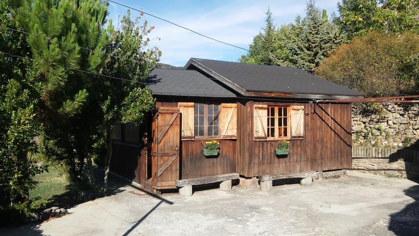 Cabaña de madera con jardin privado