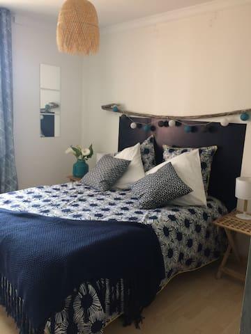 La chambre bleue du 1er étage. Ambiance bord de mer et le bruit des mouettes en prime.