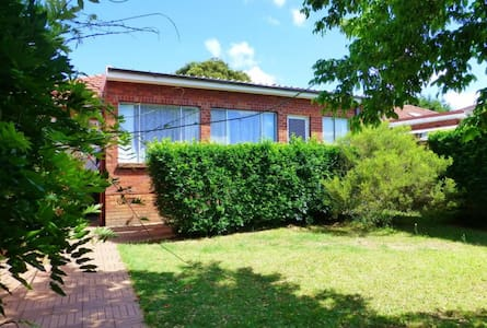 4 bedroom house close to Macquarie Univeristy - Eastwood - 独立屋