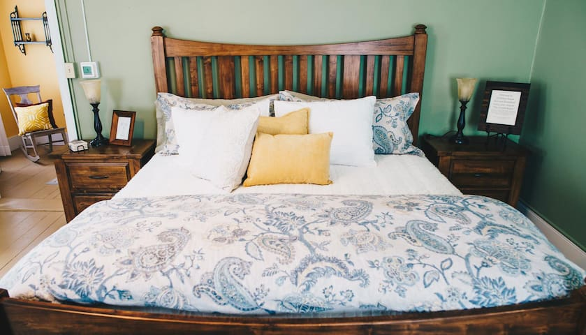 Holliday House Bed and Breakfast: Crabill Room