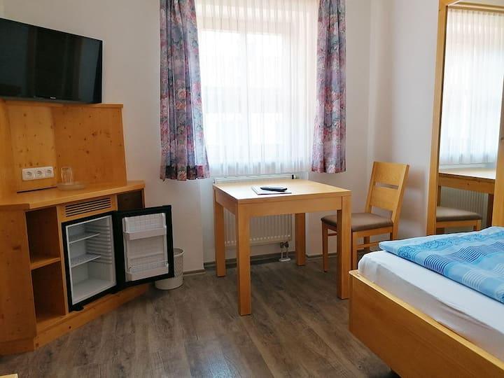 Ferienhof am Mitterberg (Bad Birnbach), Einzelzimmer mit Fernseher und WLAN