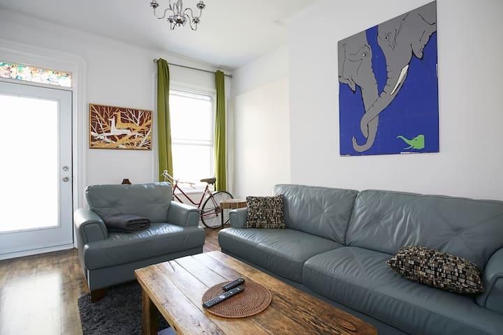 Clean 2BR - Sleeps 4 / Parc X Apartment