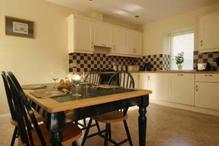 Corn Mill House, Rosegarland Estate, Wellingtonbridge, Co.Wexford - 2 Bed - Sleeps 4 - Wellingtonbridge - House