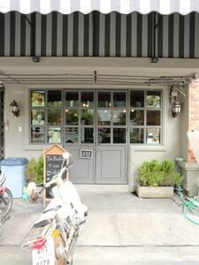 Cool Studio for Explorers; Thai 'hood near River - Apartment
