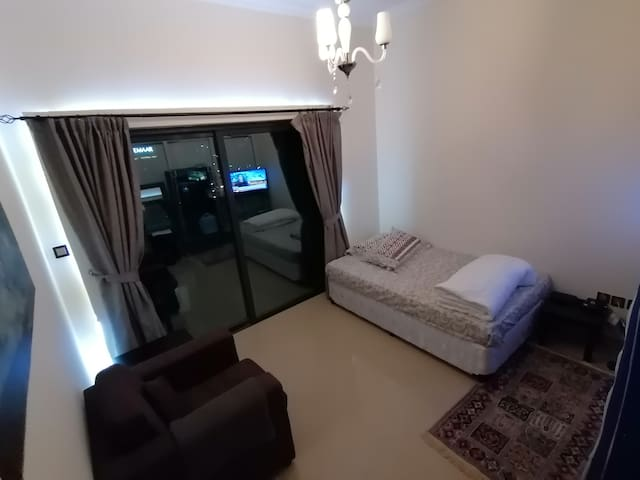 Large private bedroom w / Balcony in Dubai Marina