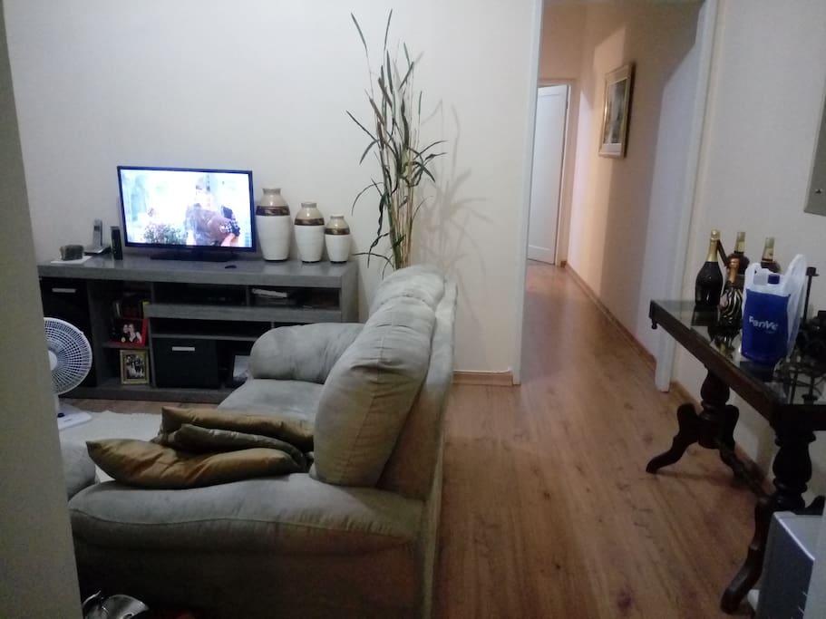 Sala confortável com tv a cabo, confortável