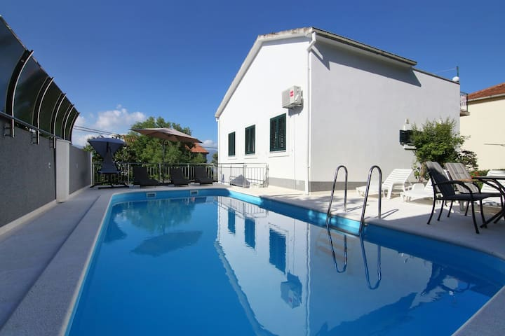 Luxury house with pool 50m from sea