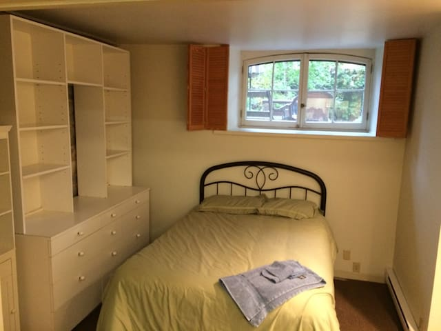 Quiet 1 Bdrm Apt for Med or Grad student