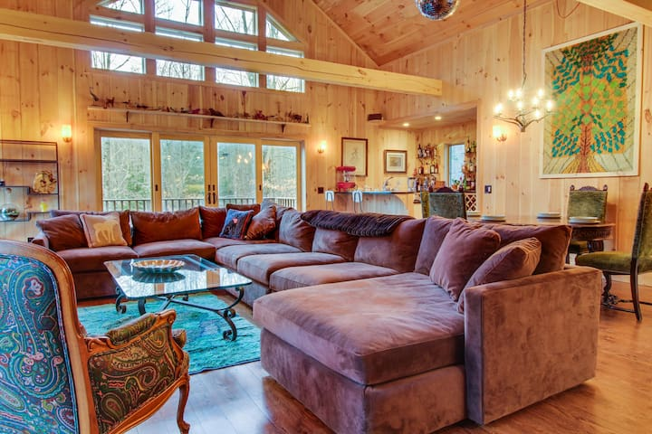 Gorgeous mountain home w/ private hot tub - skiing nearby!