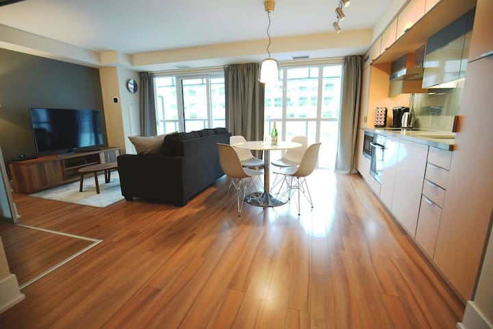 Modern 2 Bd condo near CN tower/MTCC/Rogers Centre