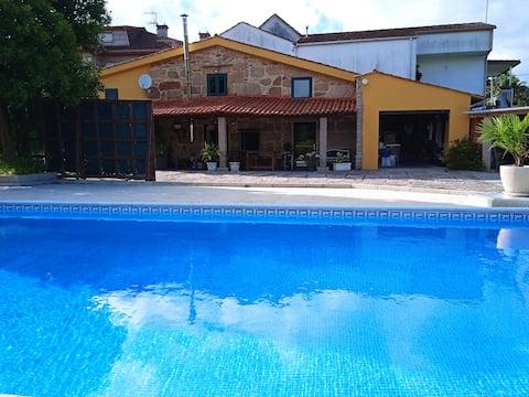 Casa Rústica, barbacoa, piscina y jardín privado.