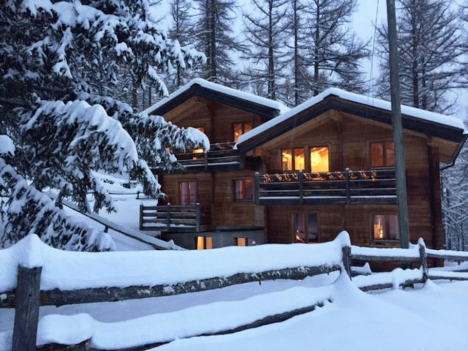 Dreamy: Chalet Eichhorn and Fasan (l) in the winter.