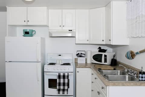 *Clean, bright and stylish 1bdrm apt in prime area