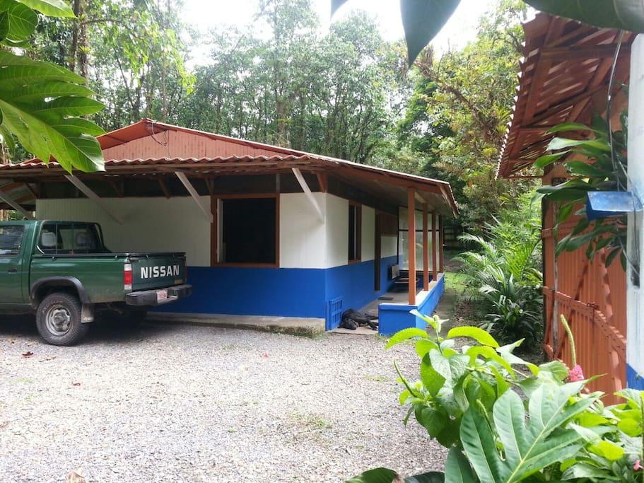 Esta es la cabaña, cuenta con tres dormitorios, comedor, cocina equipada, un cuarto de baño y un área de pilas..