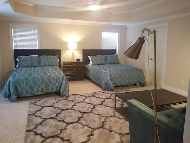 Super Comfortable room Sleeps 6 -Golf Community