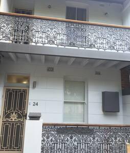 Modern terrace close to cafes/beach - Cooks Hill - Rumah