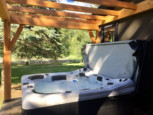 One-of-a-Kind Acreage, Hot tub + Massage Chair